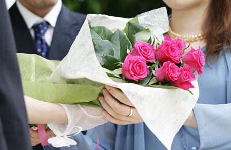 結婚式で花束を渡す様子