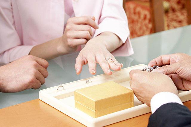 結婚指輪を選ぶ