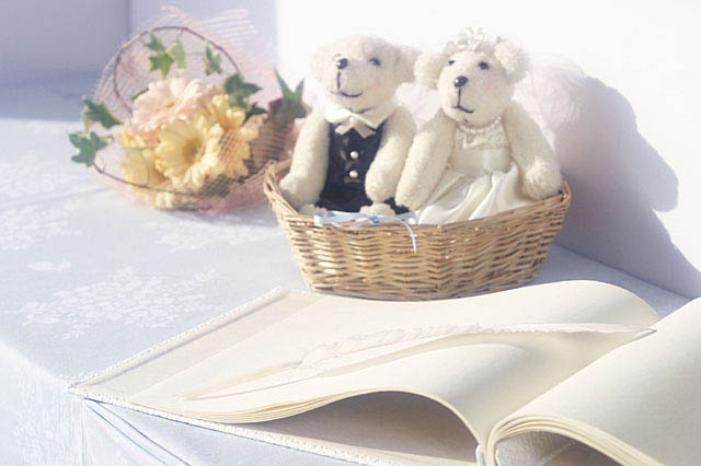 カップルのクマさんと花束